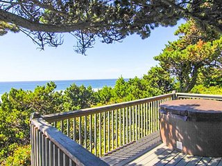 Fantastic Cliff-Top Views, Gas Fireplace and Hot Tub!, Lincoln City