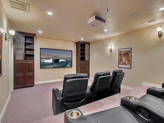 Shared pool/ hot tub, in-home theater, 42 miles from Zion National Park, Santa Clara
