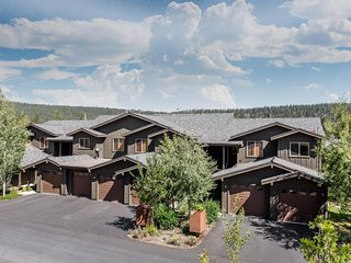 Private retreat w/ views & shared hot tub/pool/sauna - close to town & slopes!, Truckee