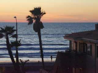 #9 Ocean View Big Mission Beach House with Spa and 3 decks, San Diego