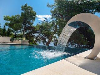 Villa Akuna - Ultra Luxury waterfront Villa