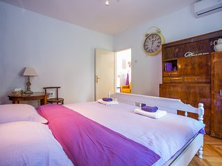 Guest House Gugily - Double Room with Shared Bathroom (Ljubičasta)