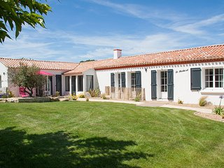 Coastal villa with pool, sleeps 12, near beach, Saint-Hilaire-de-Riez