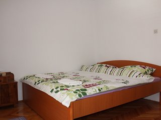 Guest House Gugily - Triple Room with Shared Bathroom and City View (Bijela)