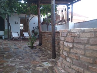 Tu Casa de piedra con patio y piscina en la City