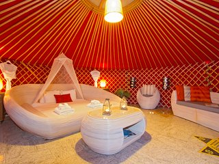 Beautiful family Twin Yurt, 300mt to sandy beach/restaurants, pool & play park