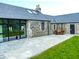 QUIEN EAST, SPENCE COTTAGE, all ground floor, woodburner, pet-friendly, private patio, nr Rothesay, Ref 939157