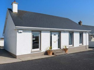 16 SEAVIEW PARK, detached bungalow, en-suite, pet-friendly, WiFi, in Ballycotton