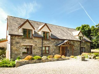 AWEL Y GARN, detached cottage, hot tub, games room, conservatory, woodburner, in