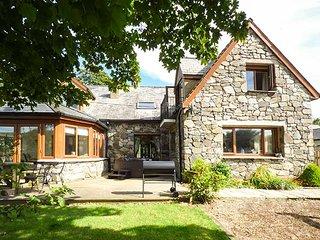 AWEL Y GARN, detached cottage, hot tub, games room, conservatory, woodburner, in