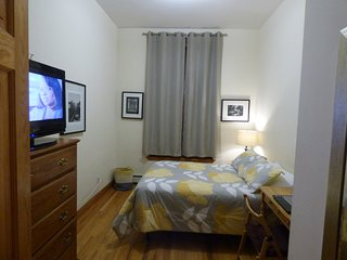 Private Comfy Bedroom - Wayne's Place Duplex Apt., New York City