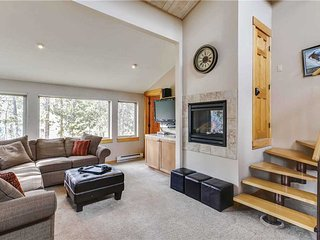 Rare Peak 9 - 5BD Walk to Town & Lifts. Pool/Hot Tub Access! Discounts Available, Breckenridge