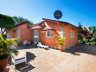 Luxury Bungalow, Bed & Breakfast. 5 Minutes walk to Beach and hotel
