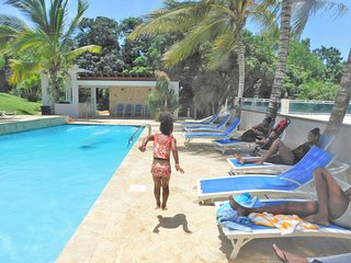 Villa Bonita #2, Sleeps 14-16, pool, Jacuzzi, BBQ, kids area,beautiful scenery
