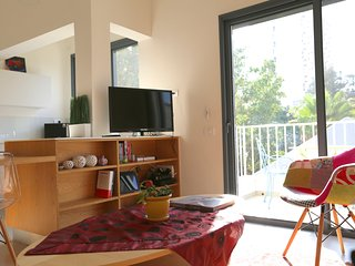 Bright & Quiet 1 BR suite - Gordon Beach