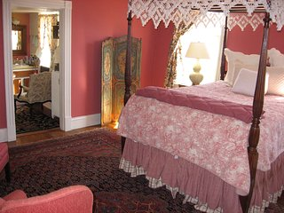 Queen Guest Room in Historic Locust Hill, Charlottesville