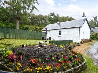 HEATHERBANK, single storey cottage, mountain views from patio, close loch and am