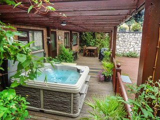 ACORNS, ground floor apartment, en-suite, decked area with hot tub, near