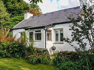 TY ISEL, woodburner, pet welcome, pretty views, original features, detached cottage near Bethesda, Ref. 22022, Tregarth