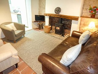APPLE TREE COTTAGE, terraced, woodburner, WiFi, pet-friendly, enclosed patio, in Shillingstone, Ref 925256