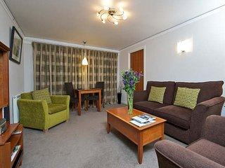 CITY ONE BED, luxury apartment, king-size bed, all mod cons, off road parking, in Edinburgh, Ref 940986