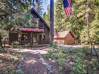 Lovely cabin-style home w/ fascinating history & walking distance to shore!