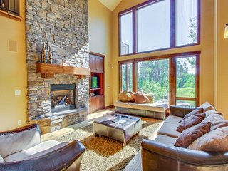 Luxury retreat with mountain/lake views,  private hot tub, & waterfront location