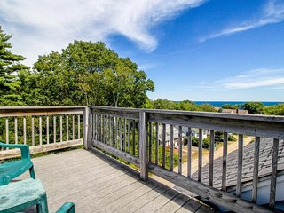 Oceanview home with a roof terrace and deck, just a short walk to the beach!