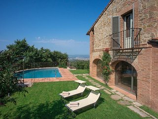 This luxury villa with swimming pool for 10 people is located in Arezzo and has
