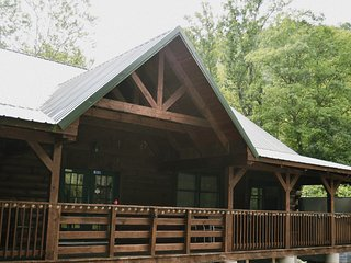 River Retreat Cabins - The Grizzly
