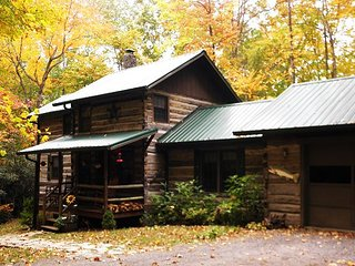 SPACIOUS LOG CABIN ON CREEK WHOT TUB, FIRE PIT & WIFI! BOOK YOUR FALL GETAWAY