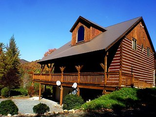 SPACIOUS TIMBER FRAME LOG HOME WITH BUBBLING HOT TUB, PING PONG TABLE & WIFI!