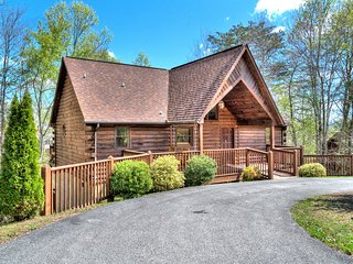 Smoochin Moose4BD 4BA Less than a mile off the Parkway in Pigeon Forge!!