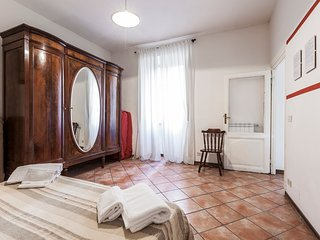 Typical Roman, roomy in Trastevere heart, Wi-Fi, Rome