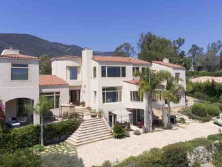 Fabulous Mediterranean Style Home Overlooking Zuma Beach w/ Spa, Patios, Large Backyard, Gym & BBQ, Malibú