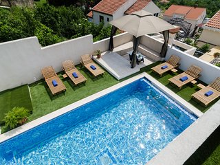 Luciana Residence - Five-Bedroom Villa with Pool, Mlini