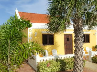 Yellow Cunucu Villa with Pool, Libero Stato dell'Orange