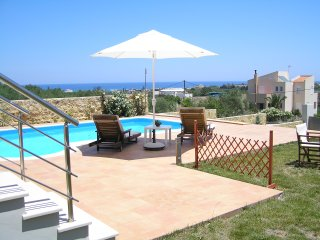 Great Villa with indoor jacuzzi pool & outdoor pool,seaview,4bedrooms,wifi,bbq, Kamisiana
