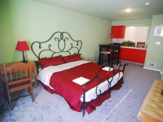 [3B] Large King Bedroom w/ Wet Bar & Dining Area, Daly City