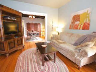 Quiet cozy apartment close to train & restaurants, Boston