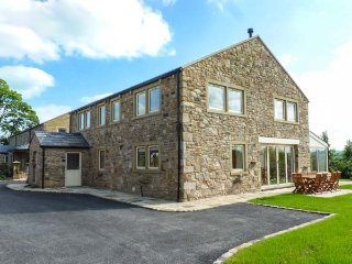 DUDDLE COTTAGE, en-suite bedrooms, woodburner, hot tub, ideal for families, in Ribchester, Ref 926658