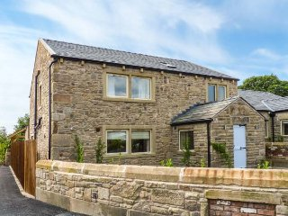 WADDOW COTTAGE, luxury holiday home, en-suites, woodburner, hot tub, walks from the door, in Ribchester, Ref 941623