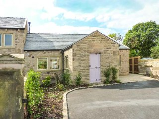 DINKLEY COTTAGE, superb all ground floor property, woodburner, hot tub, in Ribch