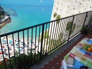 l'ampio balcone a picco sul mare con vista mozzafiato sull'Isola Bella