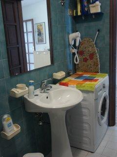 il bagno con lavatrice e asciugacapelli