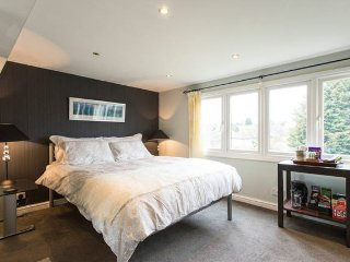 Quiet Family Room + Ensuite Shower near Tube, Loughton