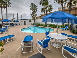 Waterfront condo w/ shared pool, hot tub, large private balcony & beach access, Ilha de South Padre