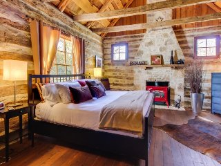 Dog-friendly, rustic cottage w/private hot tub and dry sauna, close to Main St!, Luckenbach