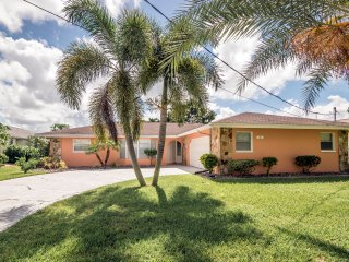 Waterfront, private covered & heated pool, internet, cable, nearby golf court, Port Charlotte