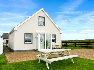 ATLANTIC STAR LODGE, detached, coastal location, garden, pet-friendly, in Spanish Point, Ref 22480